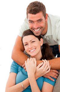 mann og dame som holder hverandre og smiler