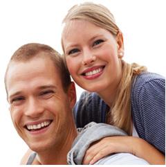 mann og dame som smiler bredt